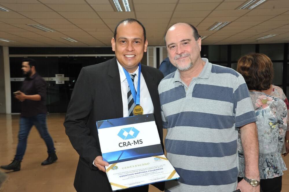 Acadêmico da Unigran Capital recebe Medalha de Honra ao Mérito Acadêmico